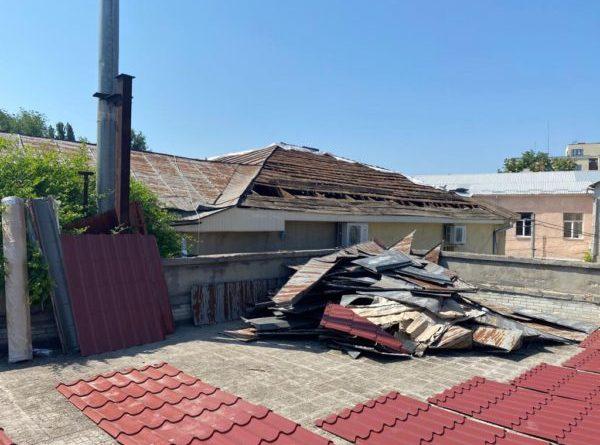 Крыша синагоги обновляется